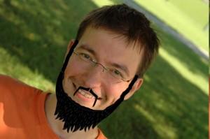 Ich mit falschem und schiefem Bart für Kiva